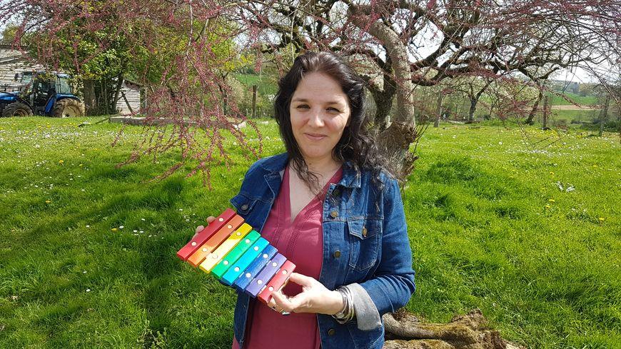 Charlotte Guyon, de la ferme La Fontaine du Feu, avec le tout premier xylophone pour ses poulets