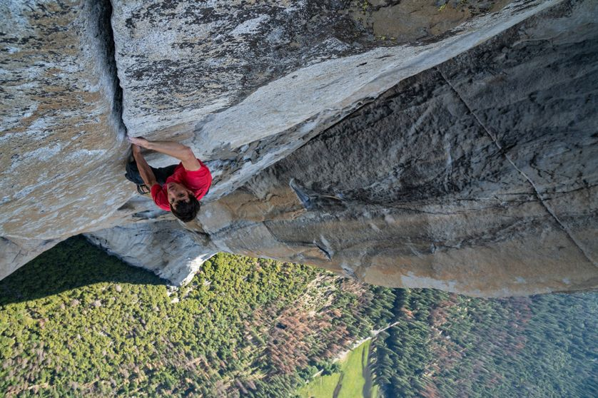 Sur cette photo, Alex Honnold est en pleine ascension d'El Capitan, sans corde ni équipement de sécurité. Il est devenu la première personne à réaliser en solo intégral l'ascension de cette paroi.