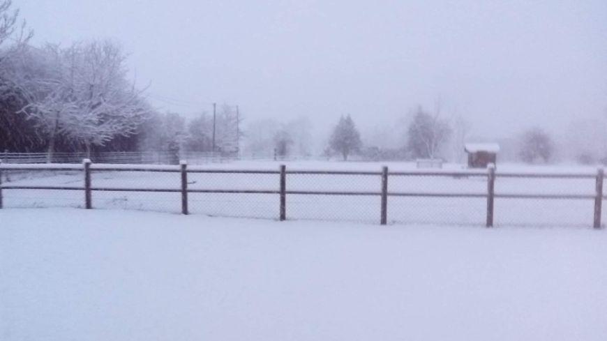 Une épaisse couche de neige ce matin à Montchauvet