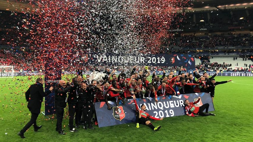Les joueurs du Stade Rennais heureux après avoir remporté la Coupe de France.