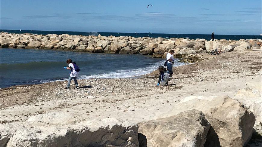 Les bénévoles qui ramassent des déchets sur le littoral marseillais