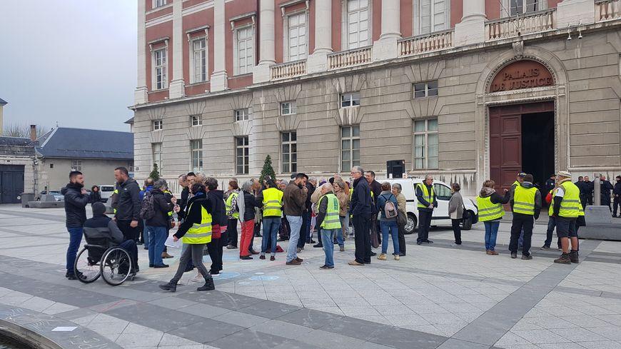 Près de 70 manifestants se sont rassemblé devant le palais de justice ce vendredi matin