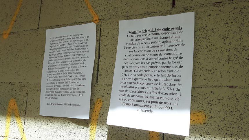 Sur le mur, les occupants ont placardé un mot pour ceux qui voudraient les déloger.