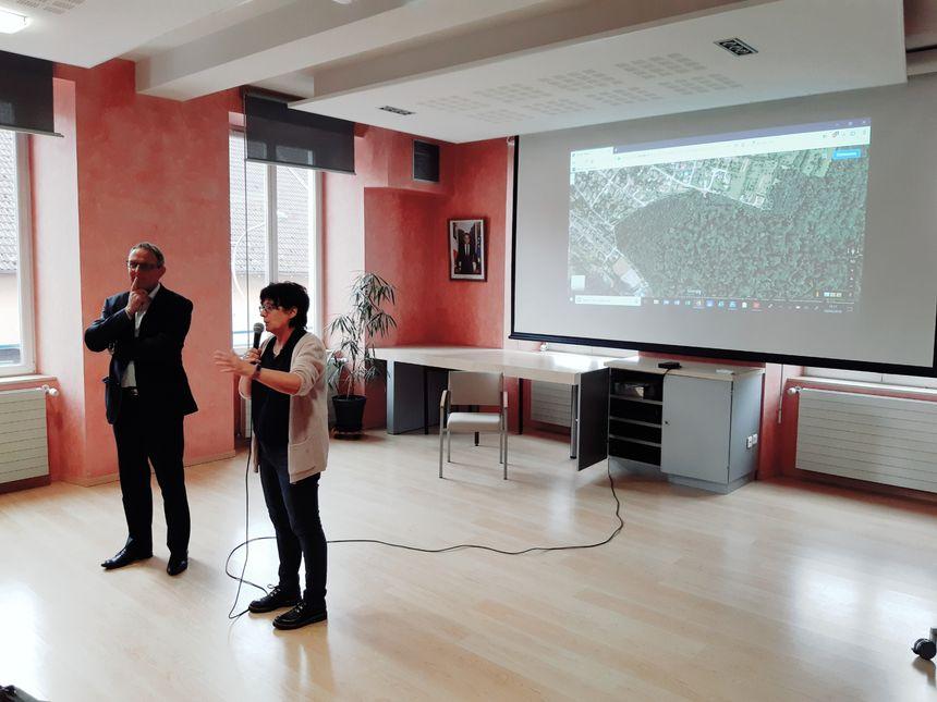Philippe Claudel, le maire d'Etupes et la première adjointe Marianne Cavazzoni