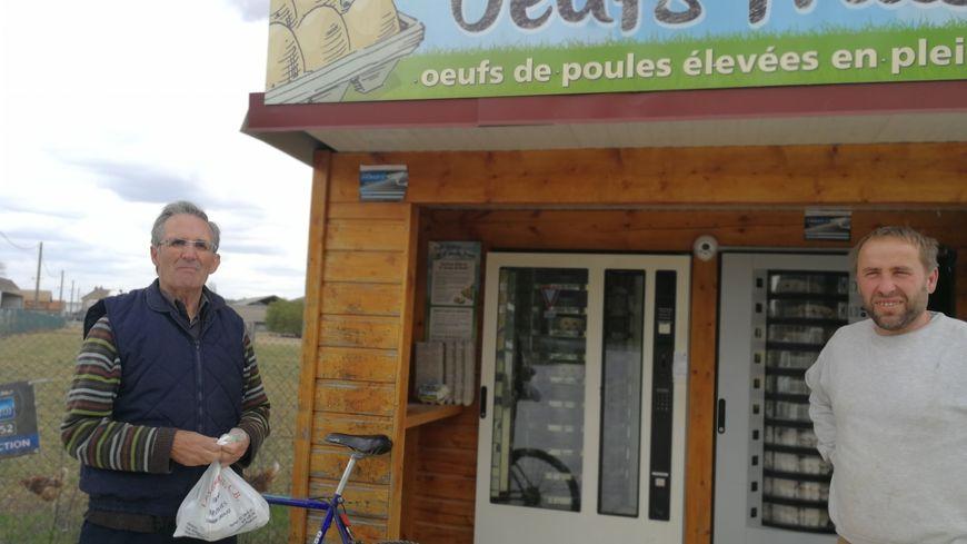 Philippe Plançon (à droite) pose en compagnie d'un client de ces distributeurs dont le premier a été implanté il y a 6 ans