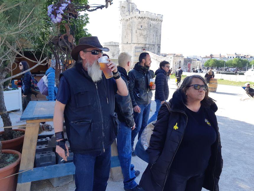 Une bière à la guinguette de La Rochelle, en attendant peut-être de pouvoir s'infiltrer sur le port...