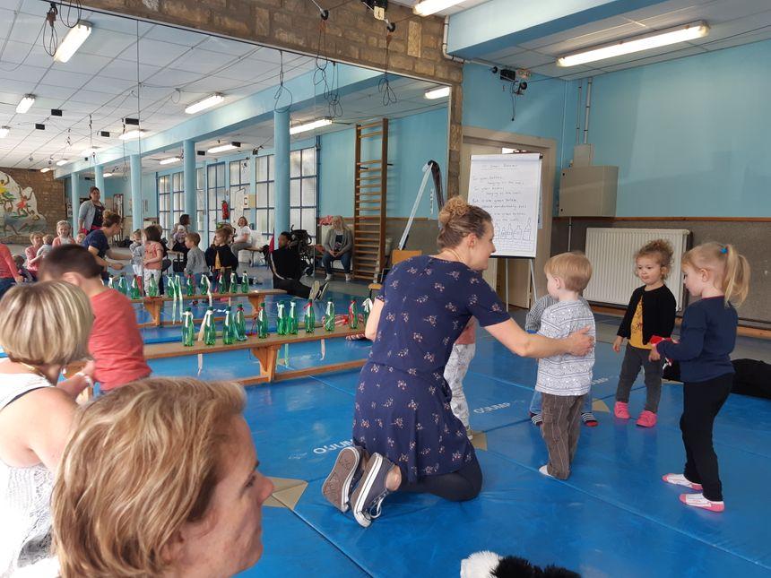 Gros succès auprès des enfants, pour ces ateliers de sport et de jeux en anglais. Aujourd'hui, les parents se retrouvent, également, pour des séances destinées aux adultes.