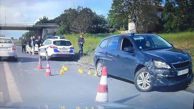 Dans sa fuite, le conducteur recherché a heurté le véhicule des policiers