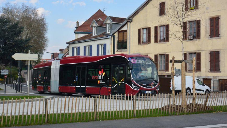 Un des 25 nouveaux bus articulés au gaz : le Créalis d'Iveco