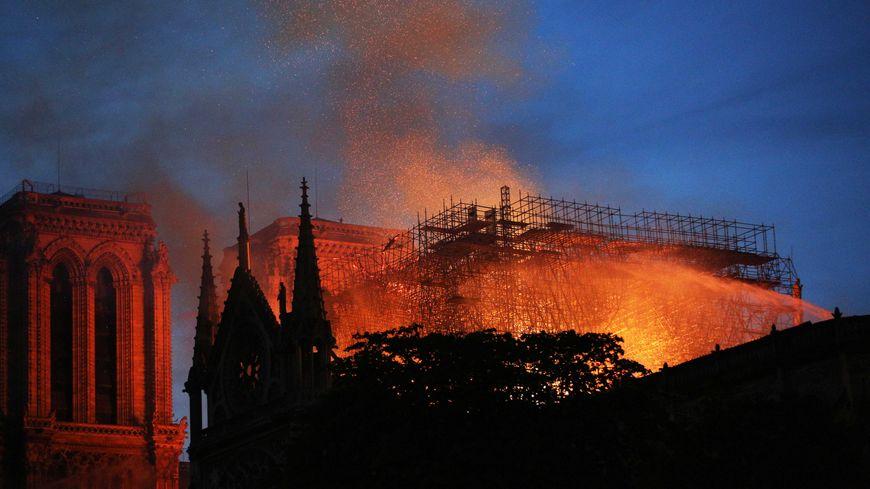 Les pompiers ont éteint cette nuit l'incendie qui a ravagé Notre-Dame, ils surveillent pour éviter les reprises de feu.