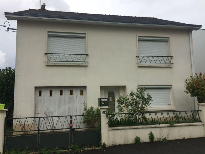 Les scellés sont toujours visibles, deux ans après le drame, sur la maison des Troadec à Orvault.