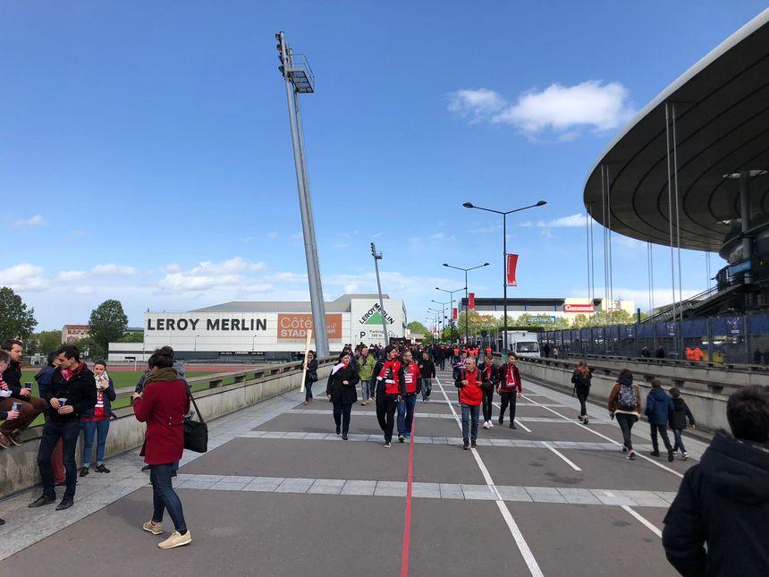 Les supporters du Stade Rennais arrivent au Stade de France.