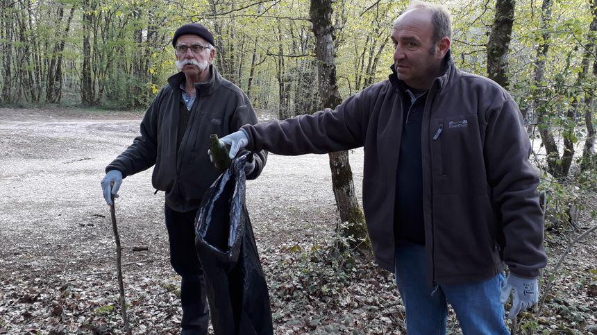 Dominique et Guy ramassent une canette