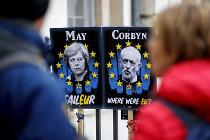 Portraits de Theresa May et Jeremy Corbyn accrochés près du Parlement à Londres, 3 avril 2019.
