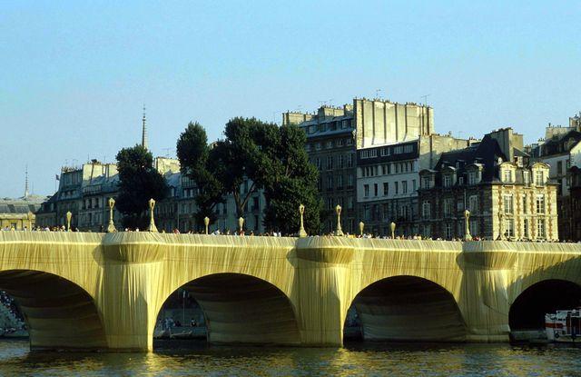 Le plus vieux pont de Paris reste ainsi vêtu pendant deux semaines