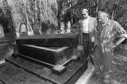 Deux membres de la communauté israélite constatent la profanation de l'une des 34 tombes saccagées le 10 mai 1990 par des inconnus dans le cimetière juif de Carpentras.