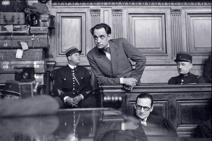 Photo prise en mars 1946 durant le procès du docteur Marcel Petiot (debout).