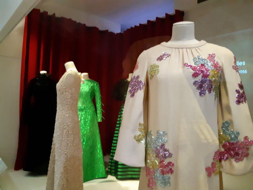 Les robes sont exposées et juste à côté, des archives de Télé Monte-Carlo montrent la princesse portant ces tenues.