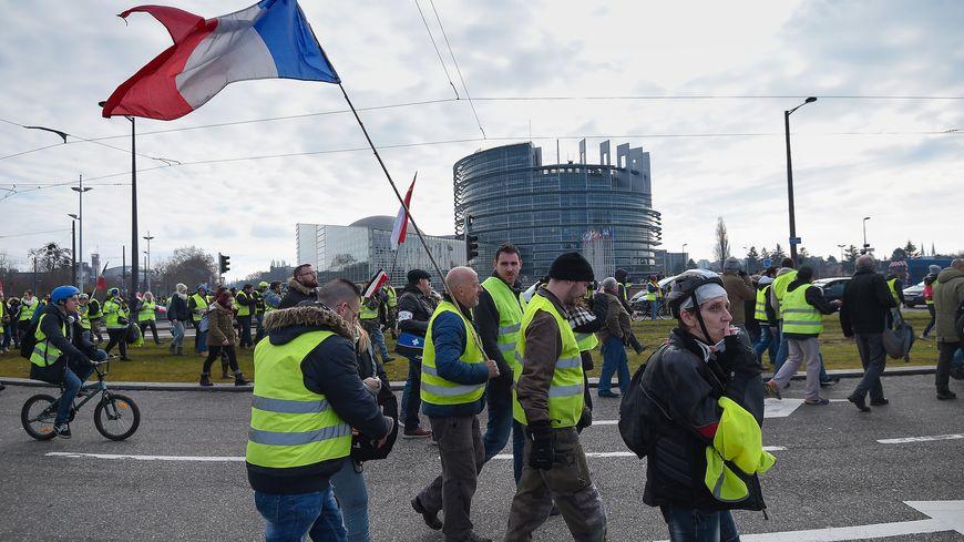 Manifestation de gilets jaunes aux abords du parlement européen à Strasbourg.