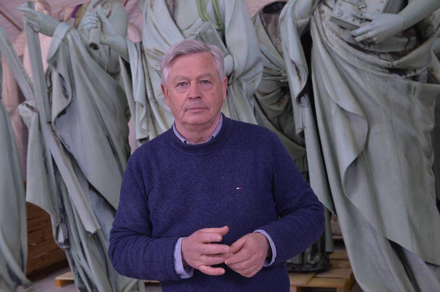 Patrick Salem, directeur de la Socra, devant les statues des apôtres de Notre-Dame de Paris