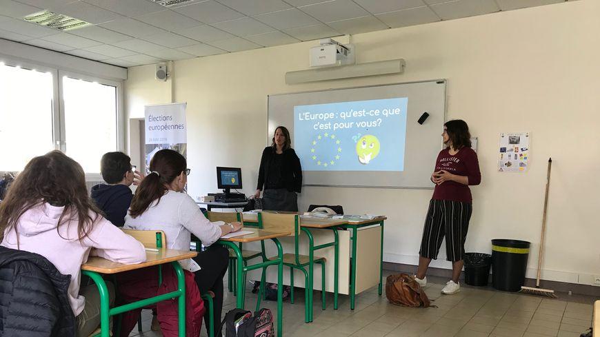 Magali Potier et Clara Puig de Torres-Solanot, de la Maison de l'Europe en Mayenne, ont discuté pendant 1h30 avec ces élèves de Terminale pro du lycée Haut-Follis de Laval