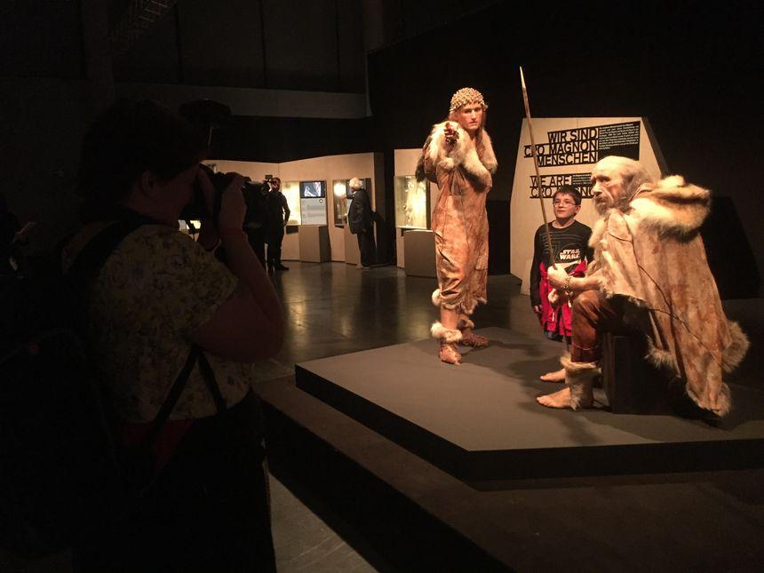 Les premiers visiteurs allemands dans l'expo Lascaux 3 à Münich
