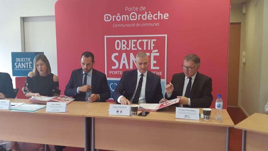 Pierre Jouvet, président de la communauté de communes, Hugues Moutouh, préfet de la Drôme et Jean-Yves Grall, directeur de l'Agence régionale de santé en Auvergne-Rhône-Alpes ont signé le contrat.