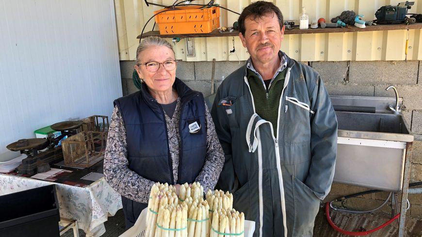 Francine et Thierry Boucherie ramassent leurs asperges depuis 3 semaines à Prats-de-Carlux dans la Vallée de la Dordogne