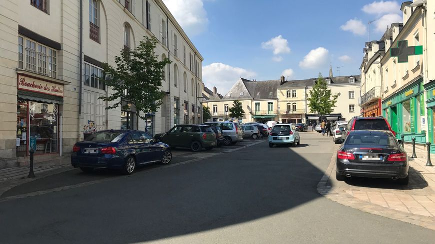 Les commerçants de la place Paul Doumer, à Château-Gontier, sont pour la plupart ouverts le matin de ce mercredi 1er mai
