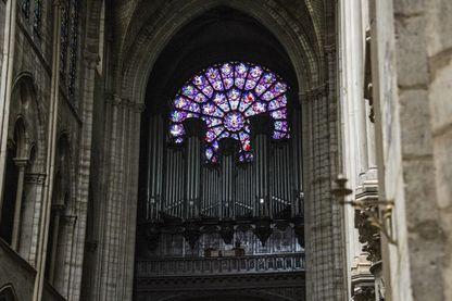 L'orgue endommagé de la cathédrale Notre-Dame de Paris