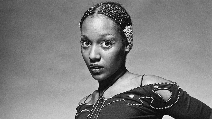 Mars 1979, Amii Stewart, chanteuse de disco porte un haut décoré de perles formant un papillon. Ammii Stewart est connue pour le hit «Knock on Wood».