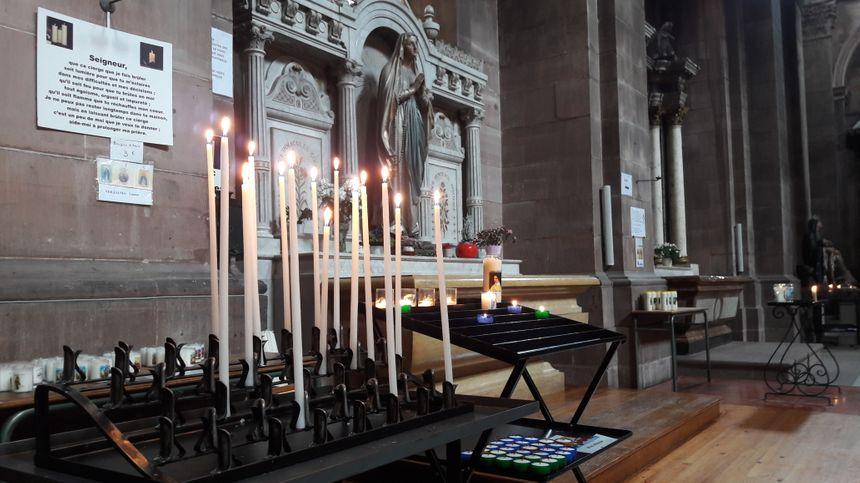 Moment de recueillement en la cathédrale de Belfort.