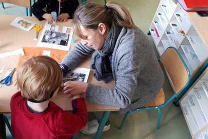 Annaïck accompagne Orion, un jeune autiste, à l'école