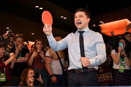 Le comique ukrainien Volodymyr Zelenskiy jouant au ping pong lors de la soirée électorale