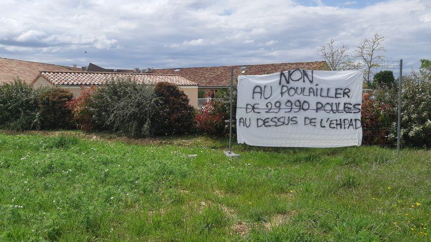 Banderole accrochée sur la clôture de la maison de retraite Les Monts du Matin à Bésayes (Drôme)