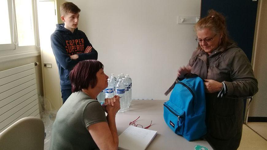 Des bouteilles d'eau sont distribués aux habitants à Dunkerque