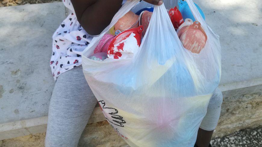 Les enfants partaient à la chasse aux oeufs... en plastique. Ils les échangeaient ensuite contre de vrais oeufs en chocolat.