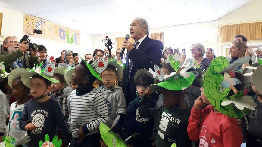 Pierre Perret chante au milieu des enfants