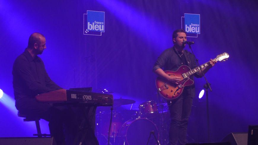 Delvis à la guitare sur la scène de la salle Eurythmie à Montauban en compagnie de Jérôme Baudoui