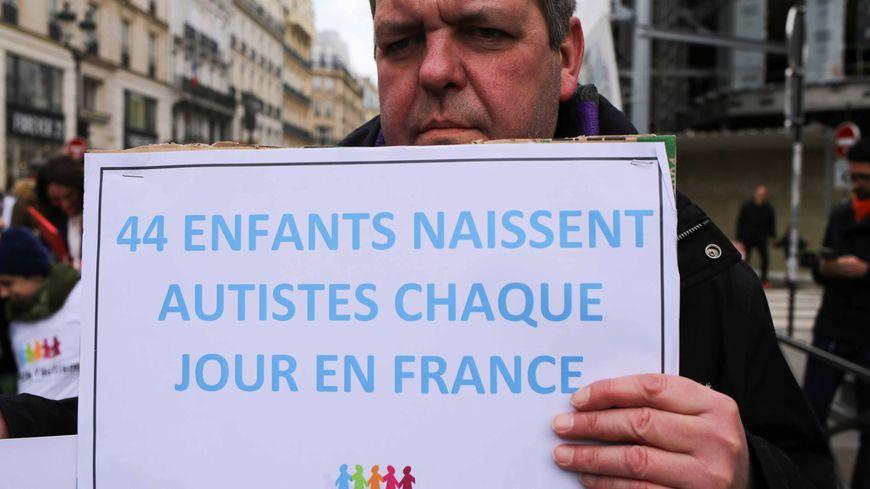 Un manifestant lors de la marche organisée dans le cadre de la journée de l'autisme l'année dernière à Paris