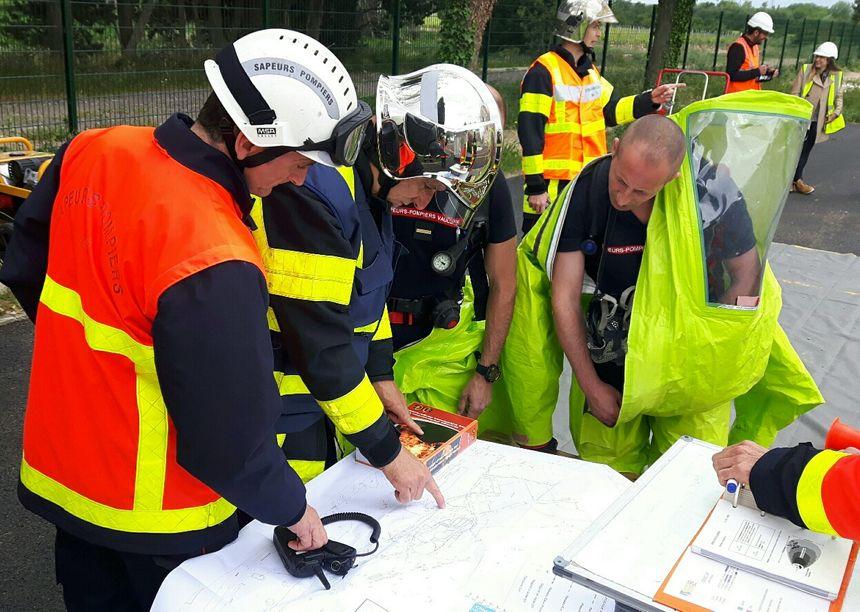Les pompiers examinent les plans de l'établissement pour organiser l'intervention de secours