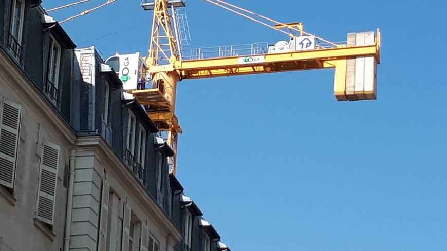 Une grue menace de tomber sur des immeubles dans le 16e arrondissement de Paris.