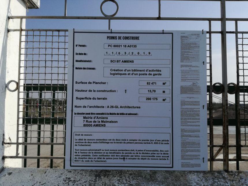"""Le permis de construire pour un """"entrepôt logistique"""" est validé et affiché à l'entrée du parking."""