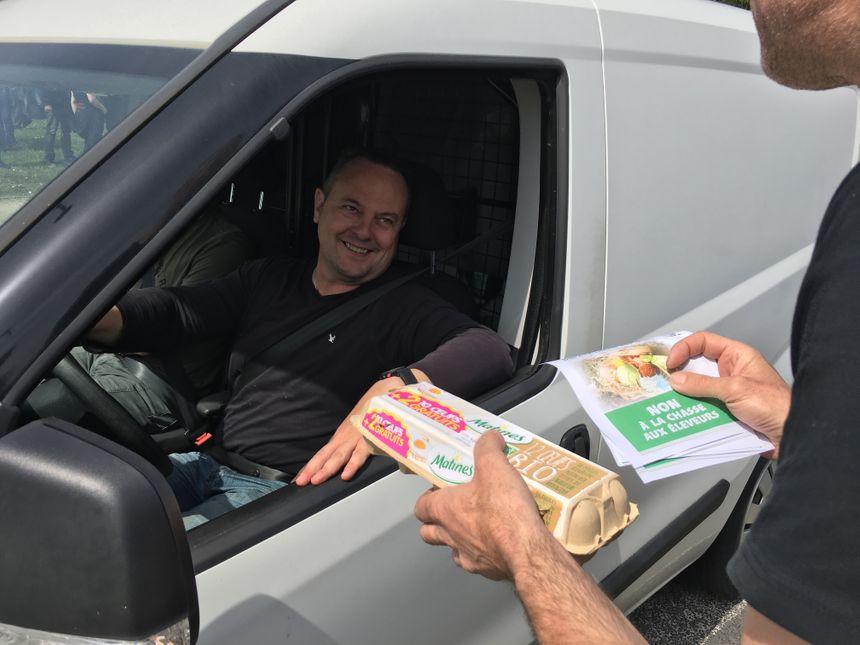 Des centaines d'oeufs distribués aux automobilistes en même temps que des tracts