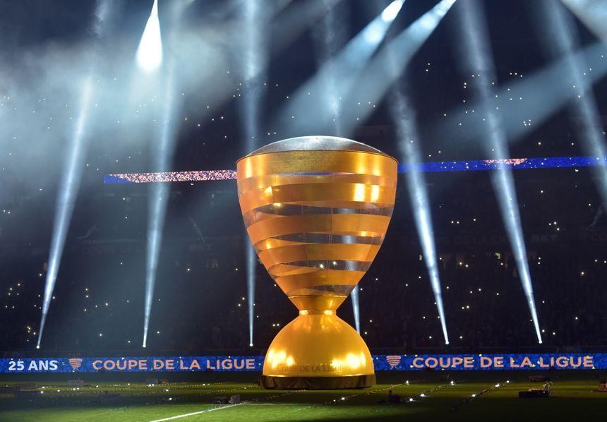 Une Coupe de la Ligue géante pour le spectacle d'ouverture.