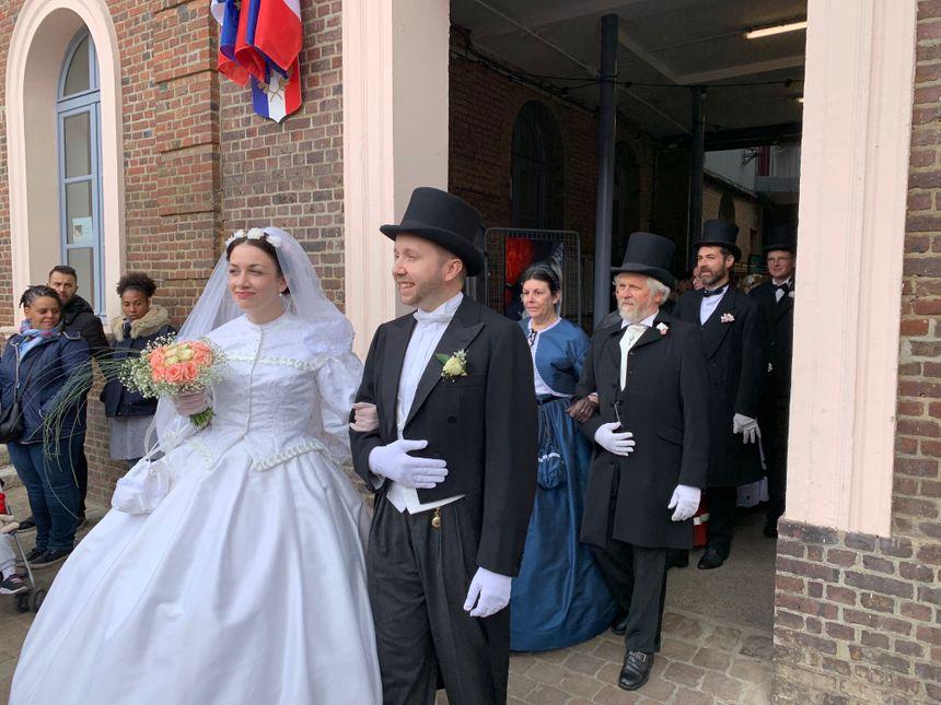 La joie des mariés en sortant de la mairie.