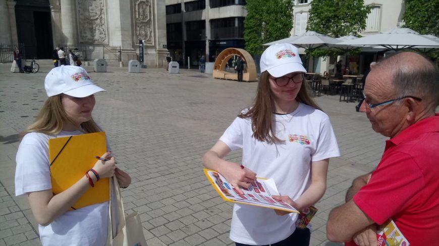 Des étudiantes sensibilisent les passants à l'intérêt de la vaccination.
