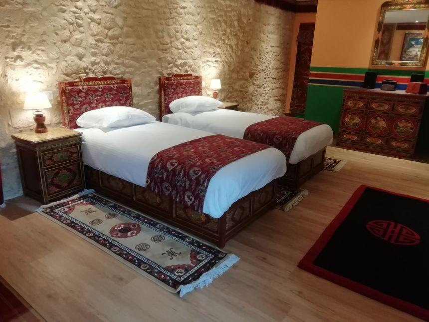 La bastide périgourdine est composée de deux chambre de 40m2. Tous les meubles ont été importés du Tibet et confectionnés par un artisan tibétain.