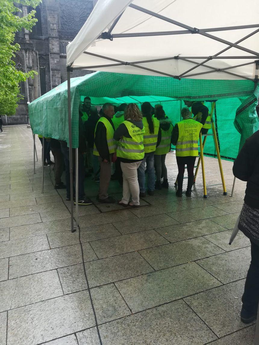 Les gilets jaunes ont bravé la pluie pour regarder Emmanuel Macron