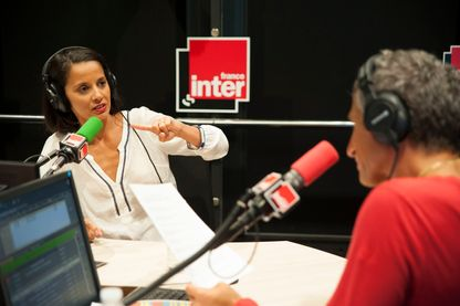 """Sophia Aram dans les studios de France Inter, à la Maison de la radio. Photos prises lors de l'émission de Nagui, """"La Bande Originale""""."""